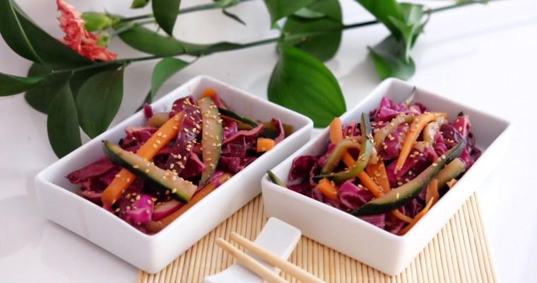 Salade de chou rouge, carotte, concombre et sauce tamari