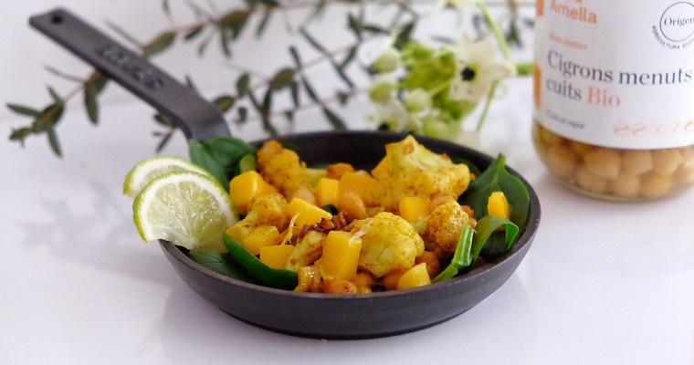 Ensalada tibia de garbanzos, coliflor con curry, espinacas crudas y mango
