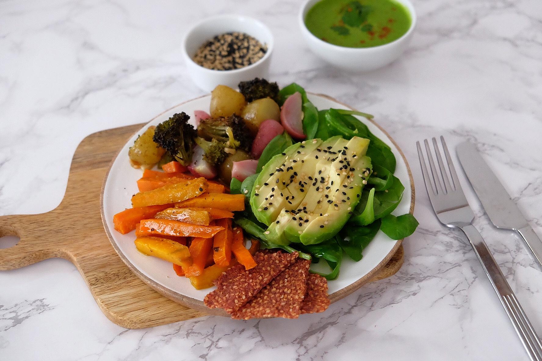 Ensalada de verduras asadas con su salsa tahini verde