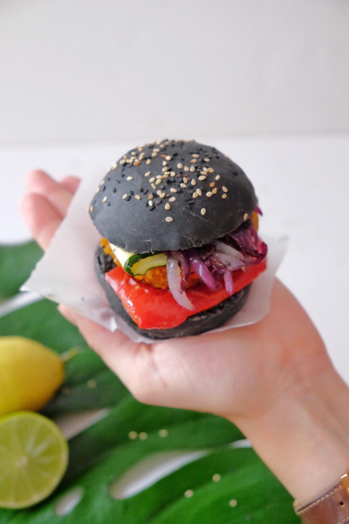 Hamburguesa vegetariana negra con carbón activado
