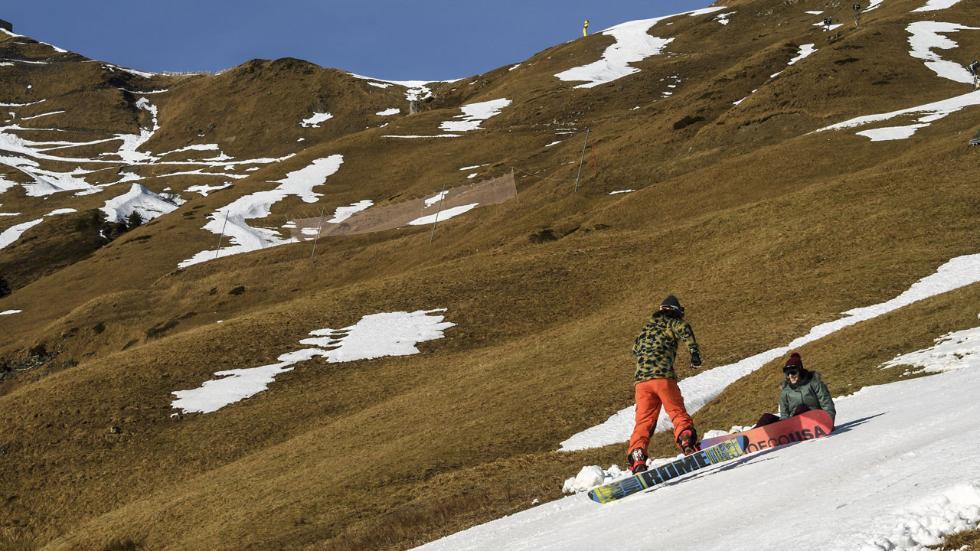 الموسم الأسوأ منذ 153 عاما... تغير المناخ يهدد قطاع التزلج في جبال الألب