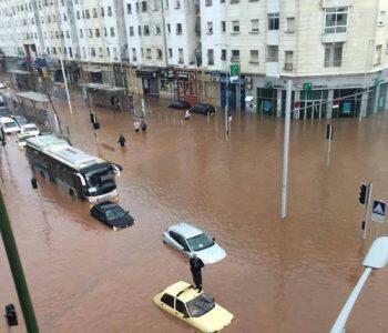 الأمطار الغزيرة تغمر الشوارع الكبرى في سلا وتوقف حركة السير
