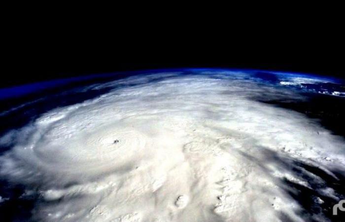 الإعصار ديبي  يقترب من استراليا