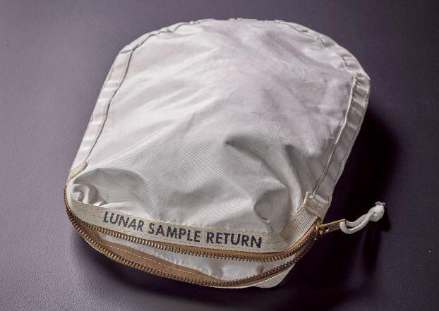 أول حقيبة حطت على القمر معروضة للبيع في مزاد