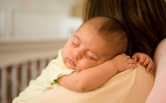 5 مواقف طريفة تحدث مع كل أم عندما يغفو طفلها الرضيع بين يديها!