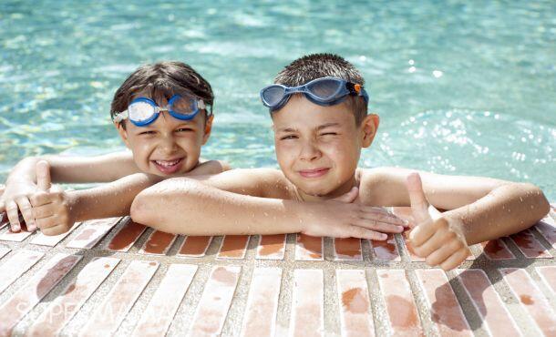 تعليم السباحة للأطفال حسب العمر