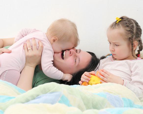كيف تتعاملين مع طفلك الغيور؟