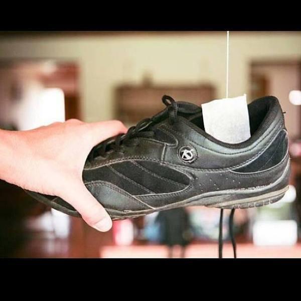 وضع أكياس الشاي الجافة في الأحذية ذات الرائحة الكريهة، تعمل على امتصاص الرائحة الكريهة منها!!