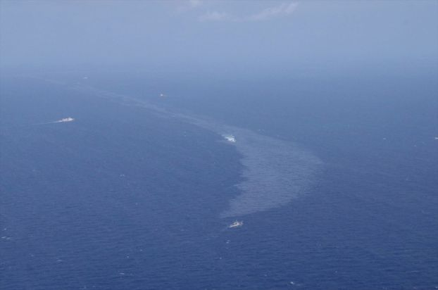 ناقلة النفط الإيرانية الغارقة تخلف بقعتي زيت في بحر الصين