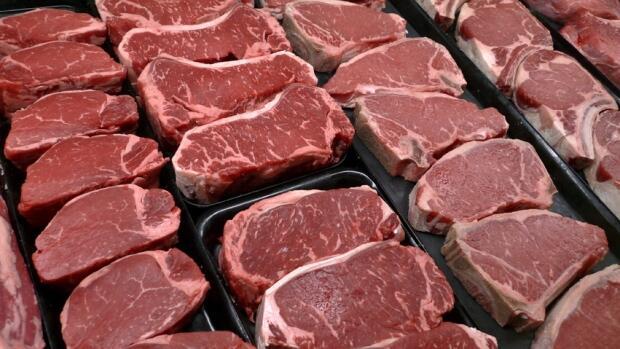 Taxer la viande pourrait aider à compenser les problèmes environnementaux et de santé, disent les activistes