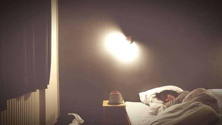 النوم في غرفة مضيئة يسبب الاكتئاب