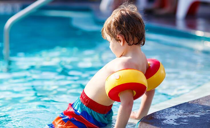 8 نصائح لأمان طفلك في حمّام السباحة.. دون تخويفه