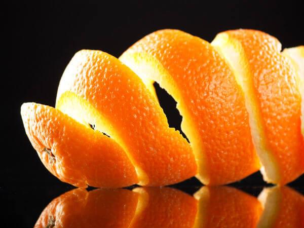 لقشرة البرتقال فوائد كثيرة فهي تحتوي على مركبات كيميائية مضادة للكوليسترول ما يساعد على تخفيف الكوليسترول المضر في الجسم