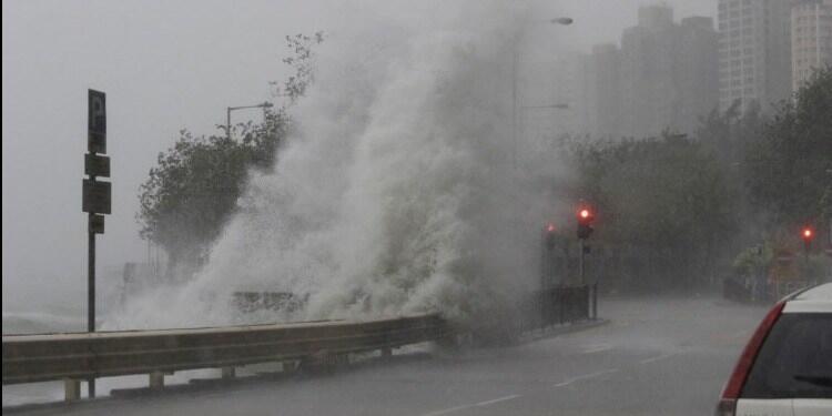 الإعصار أمبيل يصل إلى شنغهاي ويعطل الرحلات الجوية وحركة الشحن
