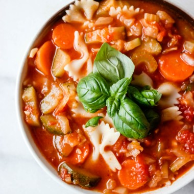 Italiensk tomatsuppe med grønnsaker, pasta og smørbønner