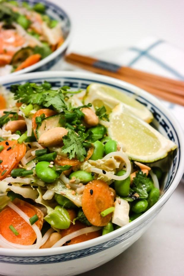 Alt du trenger for å lage asiatisk salat er en kniv, en bolle, og kokende vann. Dødsdigg med peanøttsaus!