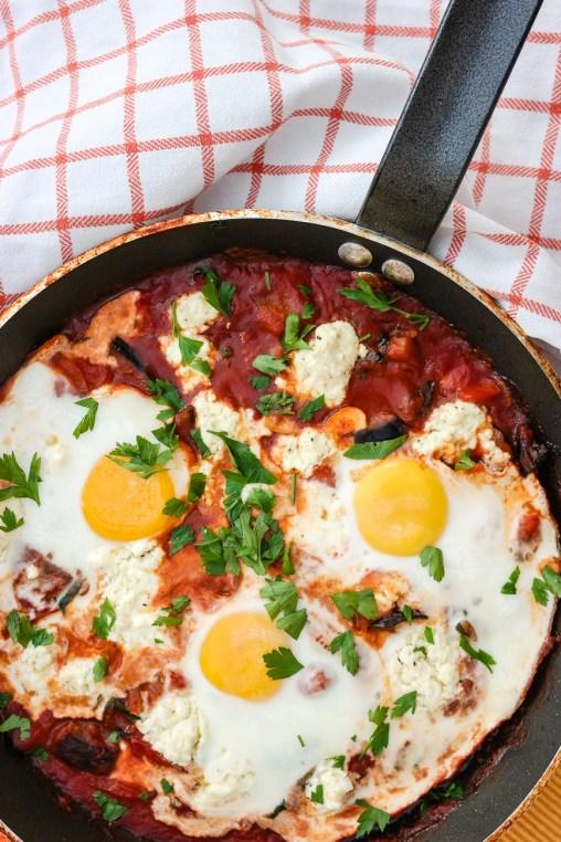 Til frokost, lunsj eller middag - shakshuka med egg og grønnsaker smaker alltid godt!