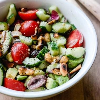 Er det sommer? Ja! Er det salat? Ja! Har den avocado og cashew? Ja!