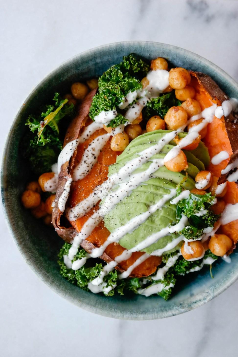 Den optimale miksen av konsistens og smak: Bakt søtpotet med krydra kikerter, grønnkål og avocado!