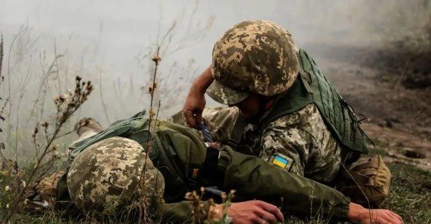 Террористы забрали тело военного ВСУ: на поле боя остались убитый медик и раненый боец