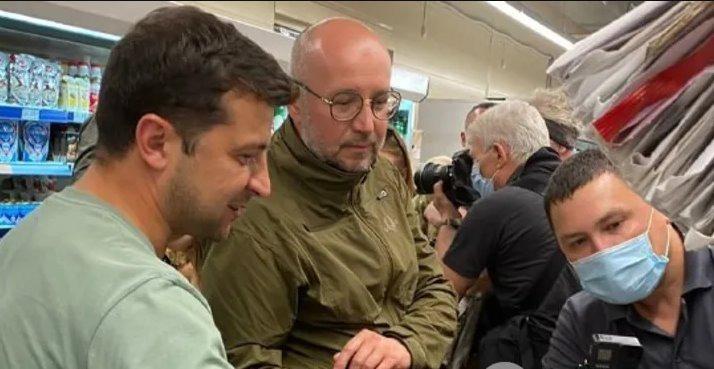 Зеленский после общения с военными на Донбассе заехал за сладостями в магазин. Фото и видео