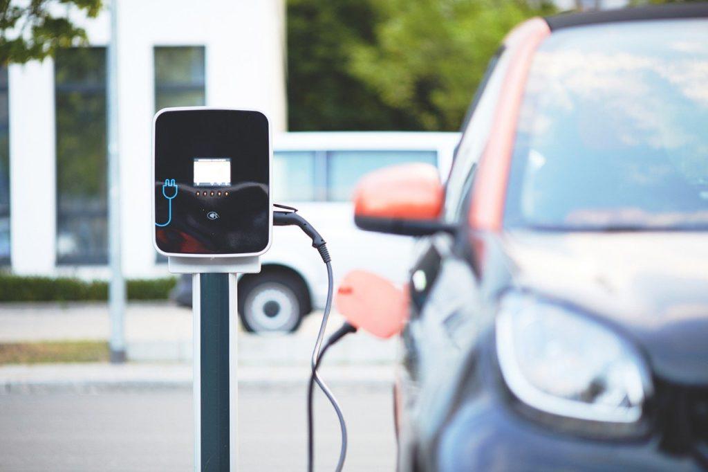 Borne de recharge de voitures électriques avec un véhicule branché