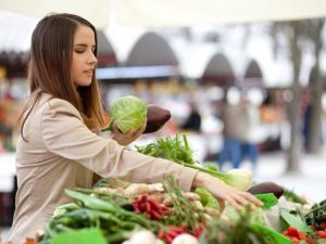 woman-buying-vegetables