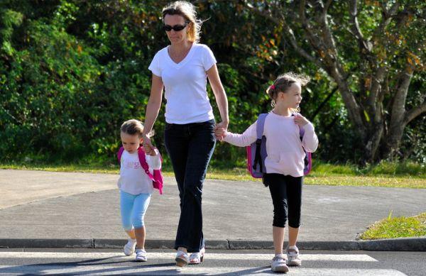 Maman accompagnant des enfants à l'école