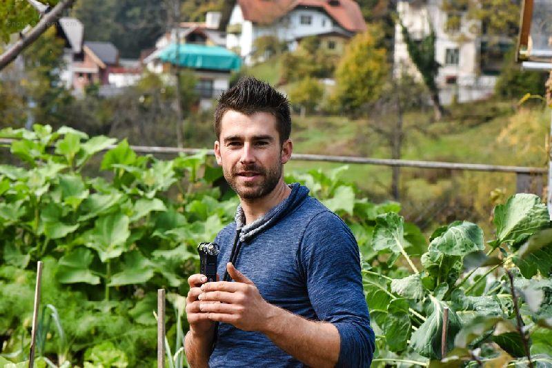 Jan-Bizjak &quot; width = &quot;800&quot; height = &quot;534&quot; srcset = &quot;https://i1.wp.com/greendiary.com/wp-content/uploads/2018/02/interview-with-the-gardener-Jan-Bizjak-1 .jpg? w = 800 &amp; ssl = 1 800w, https://i1.wp.com/greendiary.com/wp-content/uploads/2018/02/interview-with-the-gardener-Jan-Bizjak-1.jpg? ridimensionamento = 216% 2C144 &amp; ssl = 1 216w, https://i1.wp.com/greendiary.com/wp-content/uploads/2018/02/interview-with-the-gardener-Jan-Bizjak-1.jpg?resize = 300% 2C200 e ssl = 1 300w, https://i1.wp.com/greendiary.com/wp-content/uploads/2018/02/interview-with-the-gardener-Jan-Bizjak-1.jpg?resize= 768% 2C513 &amp; ssl = 1 768w, https://i1.wp.com/greendiary.com/wp-content/uploads/2018/02/interview-with-the-gardener-Jan-Bizjak-1.jpg?resize=585 % 2C390 &amp; ssl = 1 585w &quot;sizes =&quot; (larghezza massima: 800px) 100vw, 800px &quot;data-recalc-dims =&quot; 1 &quot;/&gt; Fonte immagine: pho to.drprem.com </p> <p> Mentre racconto l&#39;immensa bontà di questo resort ecologico di classe mondiale, non posso mancare il contributo dell&#39;uomo dietro la missione, Jan the Gardener. I gradi sono secondari. Ciò che era più importante che io raccoglievo era che poteva effettivamente comunicare con le piante e ascoltare quello che avevano detto di nuovo. </p> <p> Questo incredibile uomo ha quel sottile radar dentro di lui che nessuna risposta passa inosservata fino ad ora per Madre Natura. In virtù delle sue attività accademiche, sapeva tutto del regno vegetale. Il giusto tipo di fertilizzante richiesto, durata di vita per ogni specie di piante, delicate sfumature del loro frutto e potenziale portatore di fiori e la loro utilità per l&#39;umanità. </p> <p> Ogni avvenimento nel regno vegetale all&#39;interno di questo giardino cattura la sua attenzione rapita. Quale pianta sta crescendo in salute e chi sta mostrando segni di avvizzimento è sempre a portata di mano. È stata una conversazione molto interessante con questa persona esperta mentre facevo un 