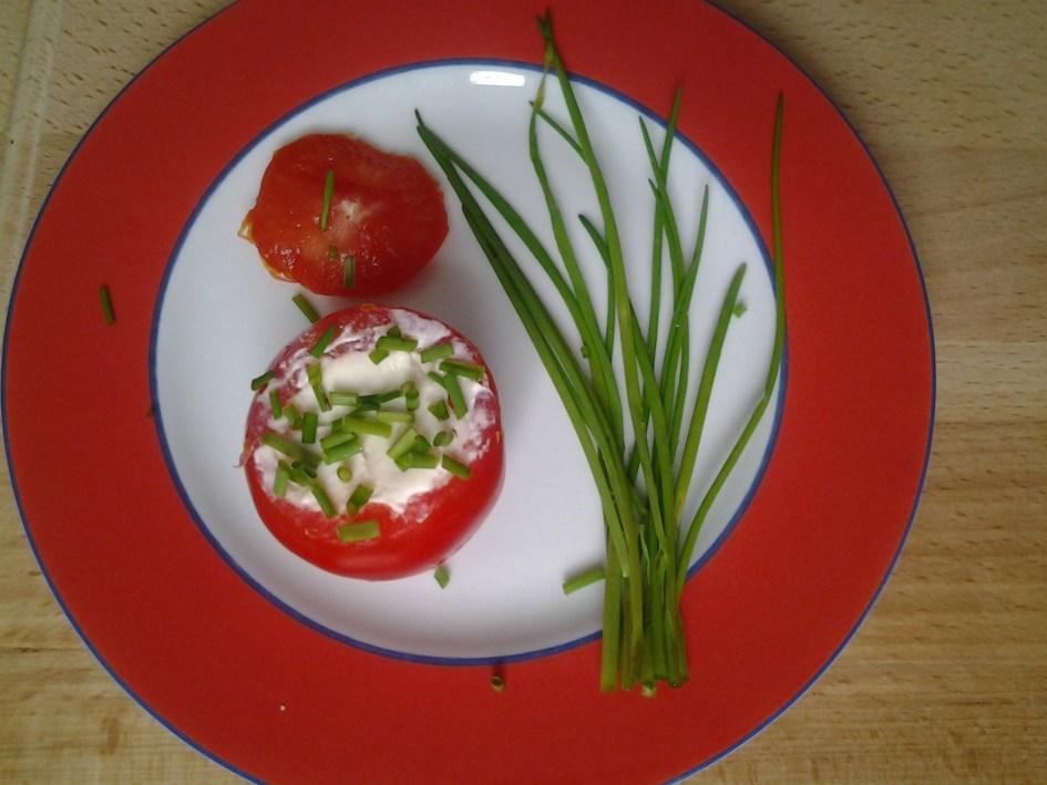 Gevulde tomaat met verse bieslook