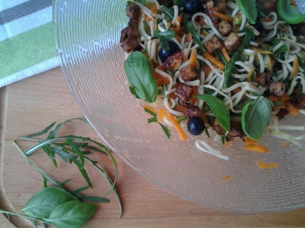 Noodle salade met rucola, wortel en gebakken tofu