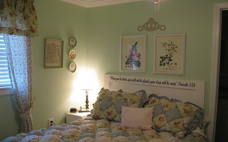Country-Cottage-bedroom-bordered