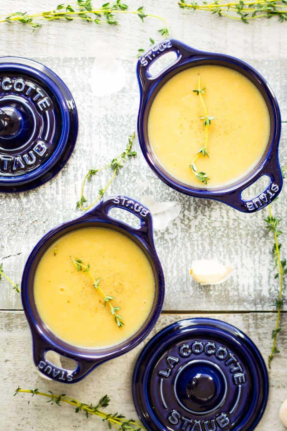 A creamy and heart-warming and potatoes-kissing-your-belly-from-the-inside kind of delicious Roasted Garlic Potato Leek Soup you MUST try!
