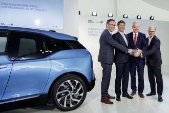 Plant Director Hans-Peter Kemser, CEO Harald Krueger, Prime Minister of Saxony Stanislaw Tillich and Joachim Kolling, Head of BMW Group Energy Services launching the BMW battery Storage Farm Leipzig(10/2017)