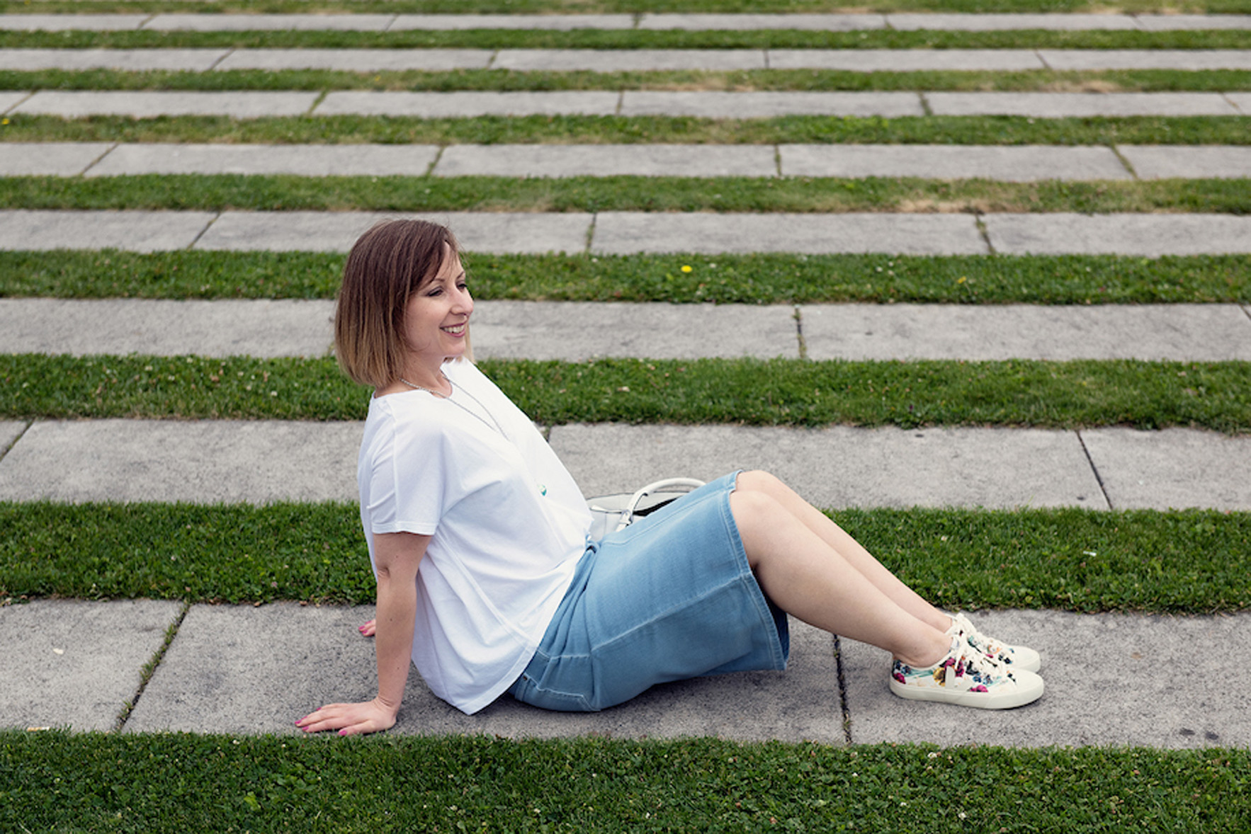 greenlooksgreat-sommer-outfit-sneakers-sitzend