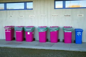 """Típica separación de basura de Suiza. Tenemos: Sobras de animales, pepel, cartón, hierro viejo, basura """"normal"""" en otros países y vidrio"""