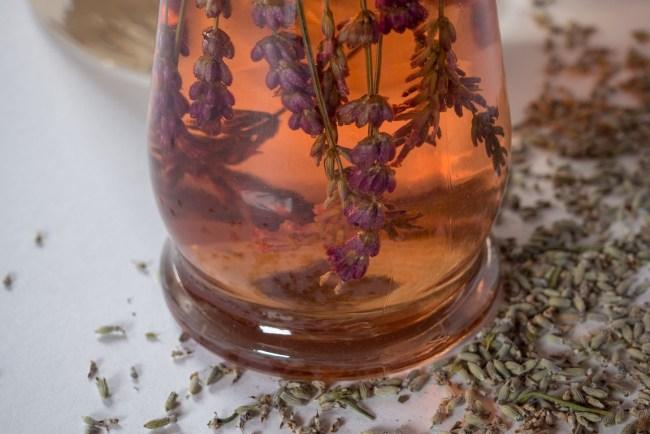 Lavendel Essig selber machen: Naturkosmetik für die Haare