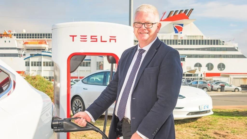 Открытая в июне 2021 года первая в Австралии станция быстрой зарядки Tesla V3 Supercharger в Тасмании