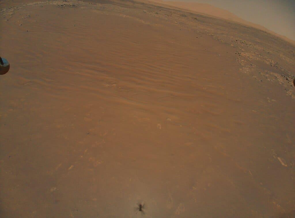 Тень Ingenuity на песках Марса. И где-то там рядом Perseverance