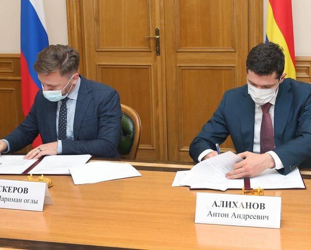 Генеральный директор компании «РЭНЕРА» Эмин Аскеров и Губернатор Калининградской области Антон Алиханов подписывают соглашение о строительстве аккумуляторной Гигафабрики в области