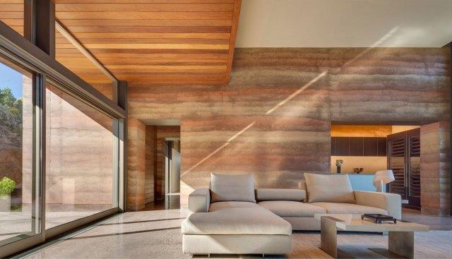 As paredes de camadas de diferentes solos criam uma textura inusitada nos ambientes da Residência Torcasso. (Fonte: Home Dsgn).