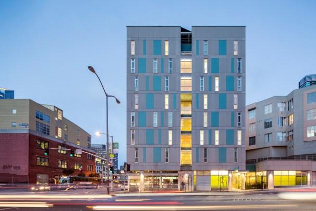 O edifício fica em contato com uma avenida de grande fluxo. (Fonte: Archdaily).