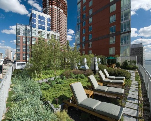 A cobertura verde do Solaire (Nova York) é uma área de lazer do edifício. (Fonte: Hydro Tech USA).