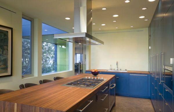 """Por exigência do cliente, o arquiteto replicou os usos da """"varanda"""" do térreo no primeiro pavimento, porém com áreas muito mais compactas. (Fonte: Architect's List)."""