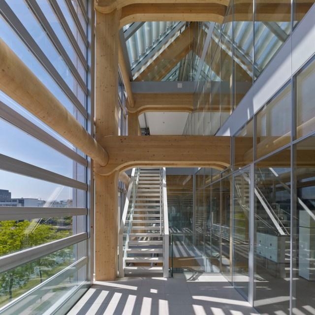 Espaço entre fachadas funciona também como circulação e áreas de descanso. (Fonte: Archdaily).
