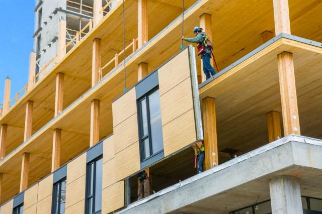 Os painéis de fachada também são compostos por madeira certificada. (Fonte: Acton Ostry).