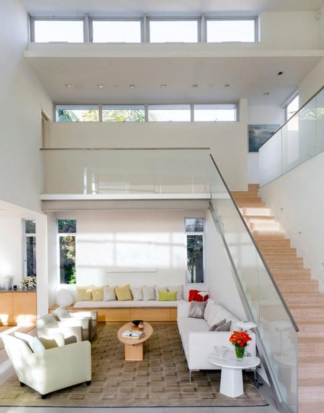 A residência em Santa Mônica (Califórnia - EUA) possui shafts de luz para aumentar a iluminação natural das salas e circulação. (Fonte: Casa Vogue).