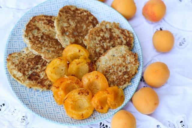 Vegane Protein Haferflocken Bananen Kokos Pancakes (hclf) mit gebratenen Aprikosen
