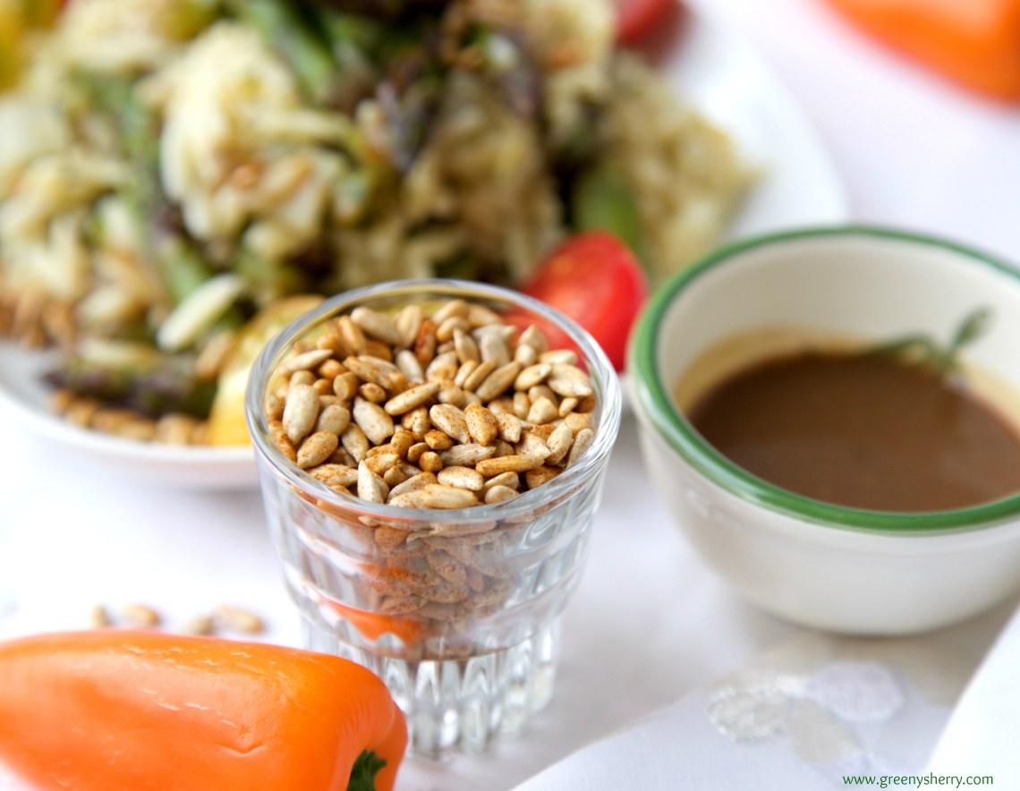 Spargel-Salat mit Kritharaki-Nudeln, Chicorée und gerösteten Sonnenblumenkernen (Vegan)