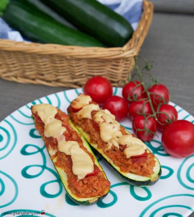 Gefüllte und überbackene Zucchini-Schiffchen (vegan & glutenfrei)